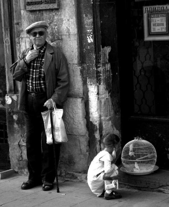 Дедушка, девочка, канарейки