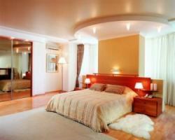 Какой натяжной потолок лучше всего выбрать для спальни?