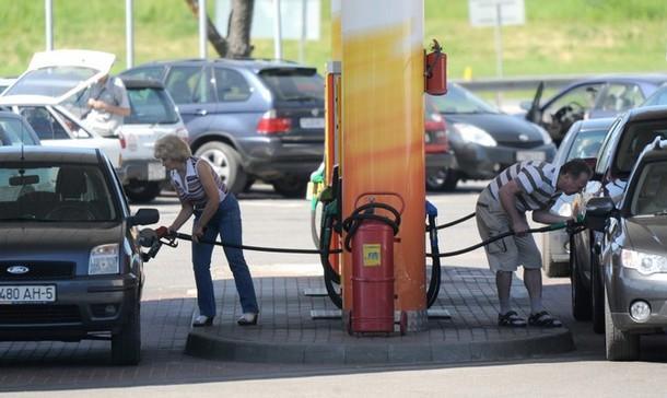 Бензин на заправках просто сметают