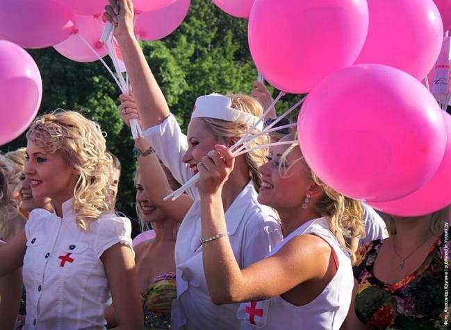 Блондинки-медсестры на параде блондинок в Минске