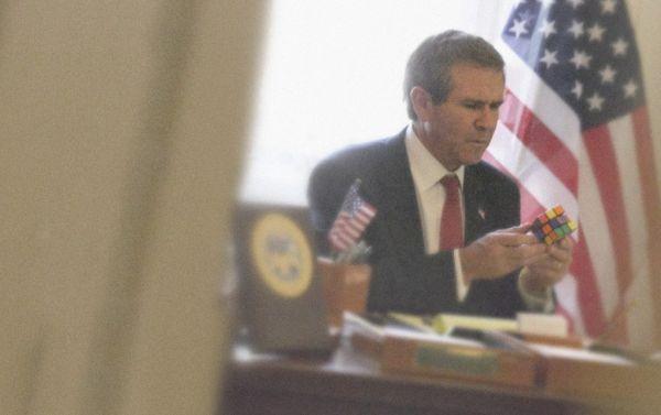 Джордж Буш младший собирает кубик-рубик