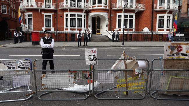 Джулиан Ассанж окружен в посольстве Эквадора в Лондоне