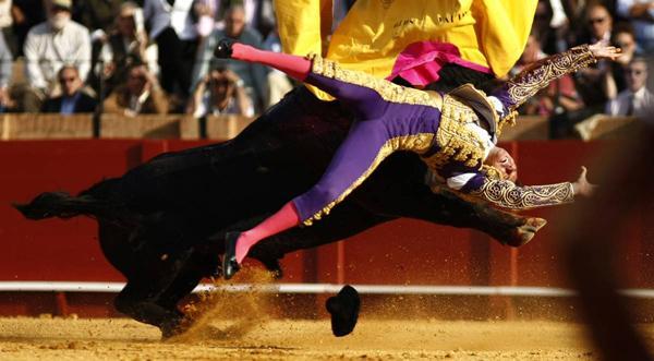 Испанский матадор Олива Сото атакован быком