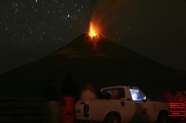 Извержение вулкана Тунгурахуа в Эквадоре