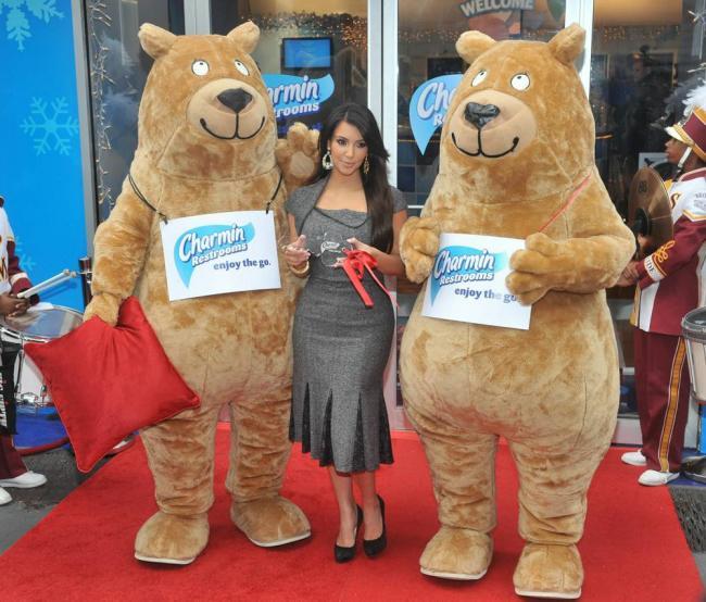 Ким Кардашьян на открытии общественных туалетов Charmin
