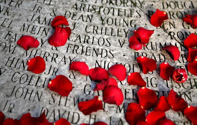 Лепестки роз на именах жертв СПИДа в Сан-Франциско