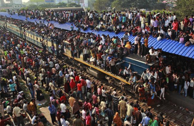 Люди едут на праздник Курбан-байрам. Бангладеш