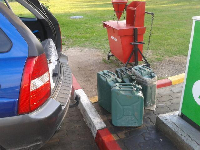 Люди заливают бензин куда только могут