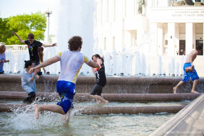Минчане открыли купание в фонтанах