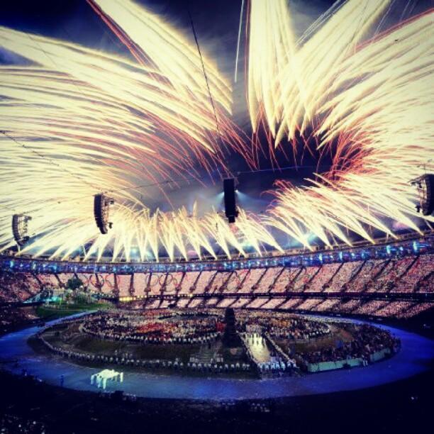 Олимпийский салют во время церемонии открытия 30-й Олимпиады