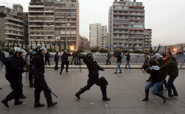 Полиция оттесняет дубинками демонстрантов в Египте