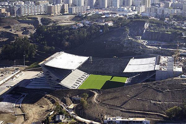 Муниципальный стадион Где находится: Брага, Португалия Год постройки: 2003 Чем необычен: встроен в гору Монте-Каштру. На ее склоне расположен электронный экран площадью 270 кв. м — один из крупнейших в Европе. И поскольку сооружение находится высоко над городом, оттуда открывается великолепный вид на долину реки Каваду. На стадионе лишь две трибуны — с двух других сторон нависают скалы. Председатель комитета УЕФА по стадионам и безопасности Эрни Уокер назвал «Брагу Мунисипал» произведением искусства. Стадион вмещает 30 тыс. зрителей и стал одной из арен Евро-2004