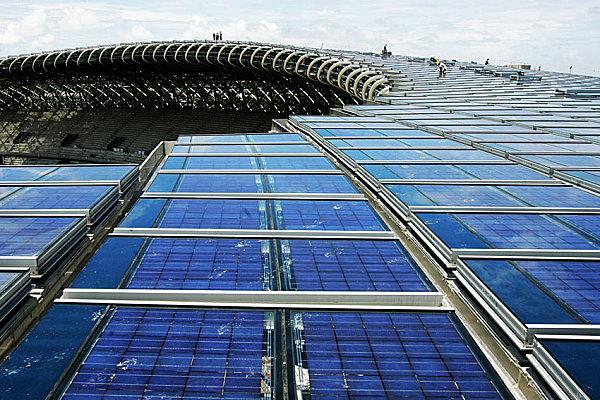 Стадион Всемирных игр Где находится: Гаосюн, Тайвань Год постройки: 2010 Чем необычен. из огромного числа солнечных батарей — по расчетам инженеров сооружение сможет на 80% самостоятельно обеспечивать себя энергией во время соревнований и на 100% — в нерабочий период. Возможный переизбыток энергии может быть использован для нужд города. Автором проекта «зеленого» стадиона стал известный японский архитектор Тойо Ито