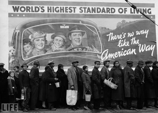 Американский образ жизни (The American Way). Margaret Bourke-White, 1937 Очередь за едой у пункта Красного Креста во время Великой депрессии на фоне плаката: «Нет такого другого образа жизни, как американский».