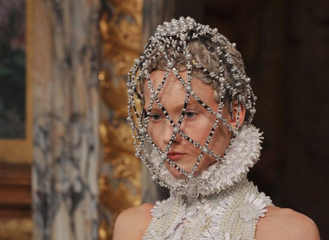 На Парижской неделе моды Alexander McQueen представил королевскую коллекцию