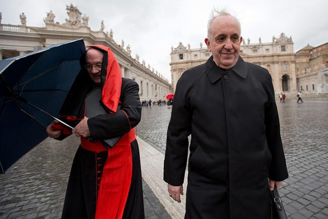 В чем ходит папа римский